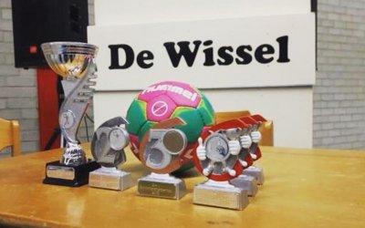 De Regenboog en 't Schrijverke 1 kampioen schoolhandbaltoernooi.